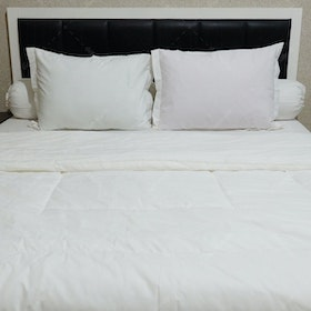 Sleep Buddy Set Sprei dan Bed Cover Plain White CVC 180x200x30